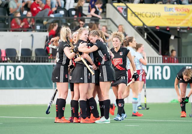 Amsterdam wint van UHC Hamburg en staat zondag tegen Den Bosch in de halve finale