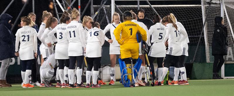 De teambespreking van Pinoké in de wedstrijd tegen Oranje-Rood.