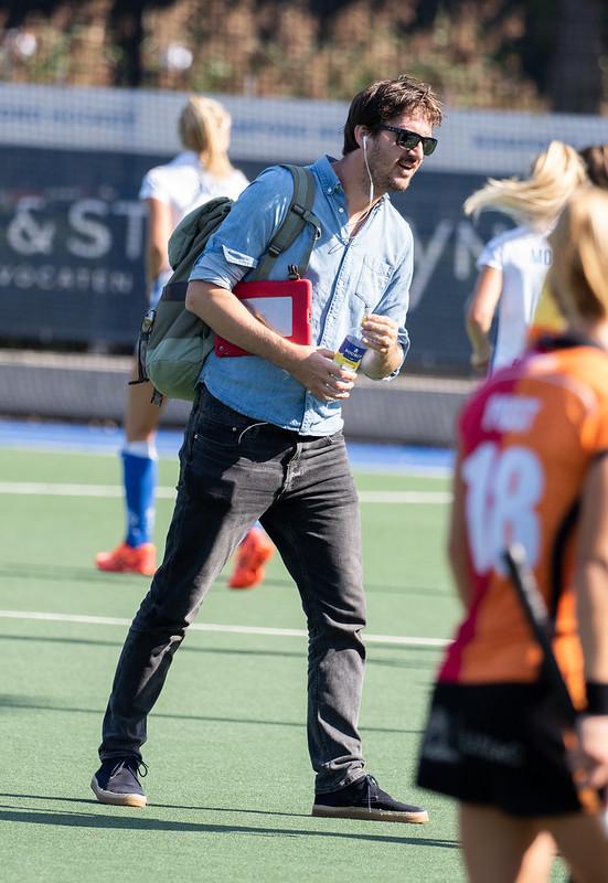 Coach Pieter Bos kent een bedroevende start van zijn carrière in de Hoofdklasse dames. Kampong staat op de een na laatste plaats.