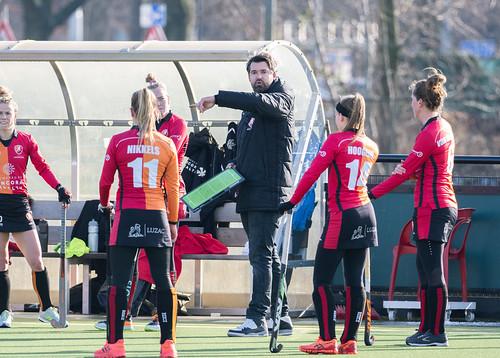 Stefan Duyf bespreekt de taktiek met zijn team.