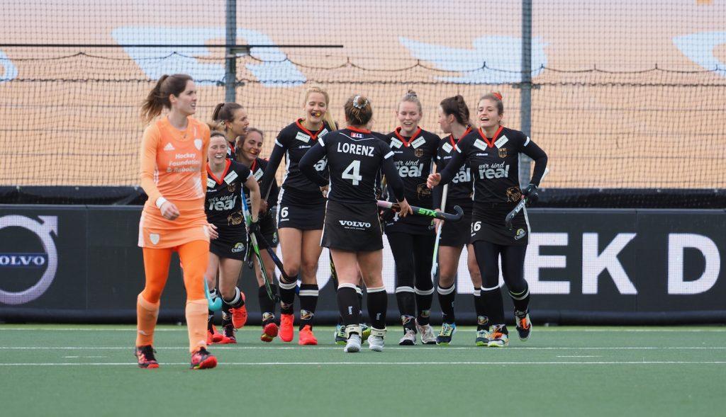 Lisa Altenburg scoort de 0-1 voor Duitsland tegen Oranje.
