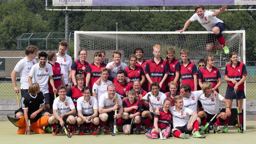 G-hockeyers HC Twente oefenen tegen Heren en Dames 1